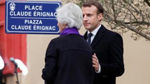 Эмманюэль Макрон и вдова Клода Эриньяка на площади, названной в честь префекта, в Аяччо, 6 февраля 2018.
