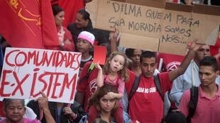 Manifestantes protestam contra a Copa do Mundo, em São Paulo.