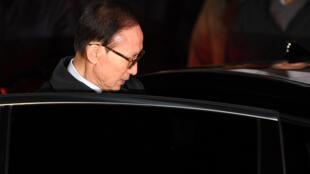 L'ex-président sud-coréen Lee Myung-bak, lors de son transfert en prison, à Séoul, le 23 mars 2018.