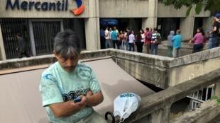 Venezuelanos aguardam abertura de agência bancária em Caracas.