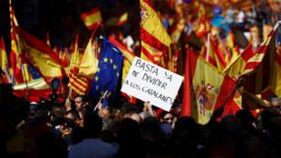 «Arrêtez de diviser les Catalans!», peut-on lire sur la pancarte d'un manifestant pro-union, dans les rues de Barcelone, le dimanche 8 octobre 2017.