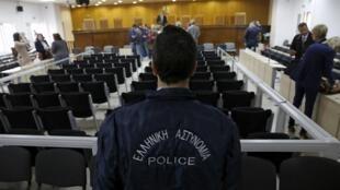Policiais no tribunal grego onde foi aberto o processo contra  69 membros do partido neonazista Aurora Dourada. 20/04/15
