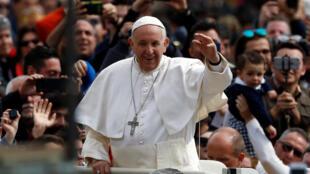 Papa Francisco acena para os milhares de fiéis na Praça São Pedro, no Vaticano, neste domingo (1°).