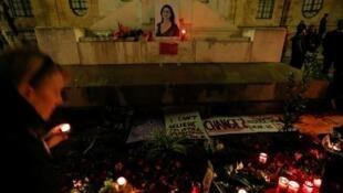 Мальтийцы ставят свечи в церкви в память об убитой журналистке, 16 ноября 2017.