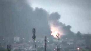 Кадр любительской съемки: пожар района Абиджана, удерживаемого войсками Гбагбо, после авиарейда ООН и Франции . 04/04/2011