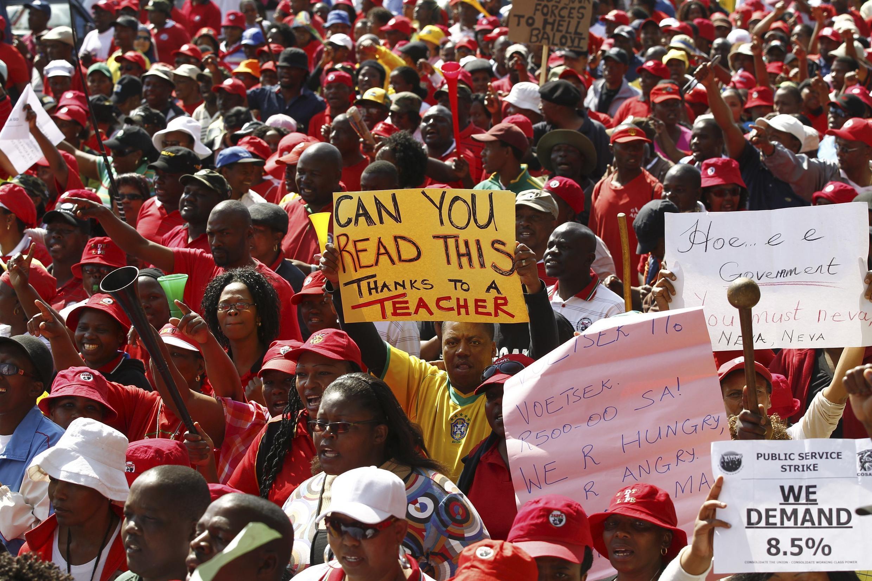 Trabalhadores durante manifestação na África do Sul, 19 de julho de 2010.