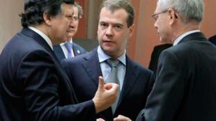 ប្រធានគណៈកម្មការអឺរ៉ុប លោក Barroso (ឆ្វេង) និងលោកប្រធានាធិបតីរុស្ស៊ី Dmitri Medvedev (កណ្តាល)