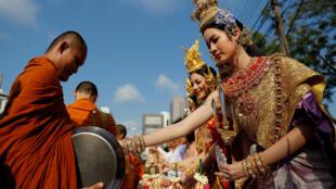 Thiếu nữ Thái trong trang phục cổ truyền thống trong một lễ hội Songkran tại Bangkok đón năm mới theo truyền thống Thái Lan, ngày 13/04/2018.
