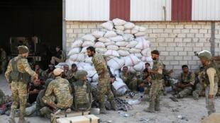 """سربازان ترک و مبارزان سوری طرفدار ترکیه، در """"رأسالعین"""" (سریکانی)، شهر کلیدی کردهای سوریه واقع در نزدیکی مرز ترکیه. شنبه ٢٠ مهر/ ١٢ اکتبر ٢٠۱٩"""