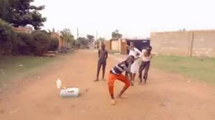 Des jeunes danseurs ougandais du Ghetto kids Sitya Loss (capture d'écran).