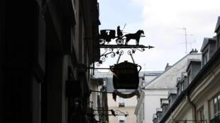 Вывеска в одном из пассажей Парижа (La cour du Commerce-Saint-André )