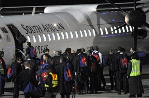 Os jogadores da seleção francesa embarcam no aeroporto de Bloemfonteim, poucas horas após a derrota para a África do Sul que eliminou a França da Copa do Mundo.