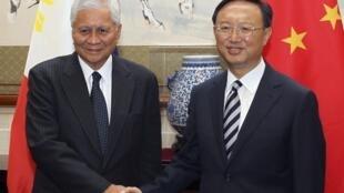 Ngoại trưởng Philippines Albert del Rosario (trái) và đồng sự Trung Quốc Dương Khiết Trì  tại Bắc Kinh hôm 8/7/2011.