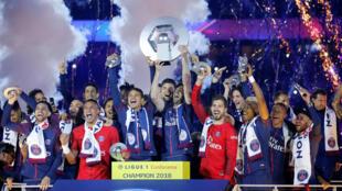 Jogadores do Paris Saint-Germain comemoram as conquistas da temporada no futebol francês?