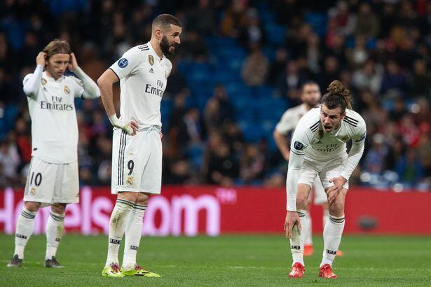'Yan wasan Real Madrid Karim Benzema, Gareth Bale da kuma Luka Modiric, yayin jim kadan bayan lallasa su da kungiyar Ajax ta yi da kwallaye 4-1 a gasar Zakarun Turai.