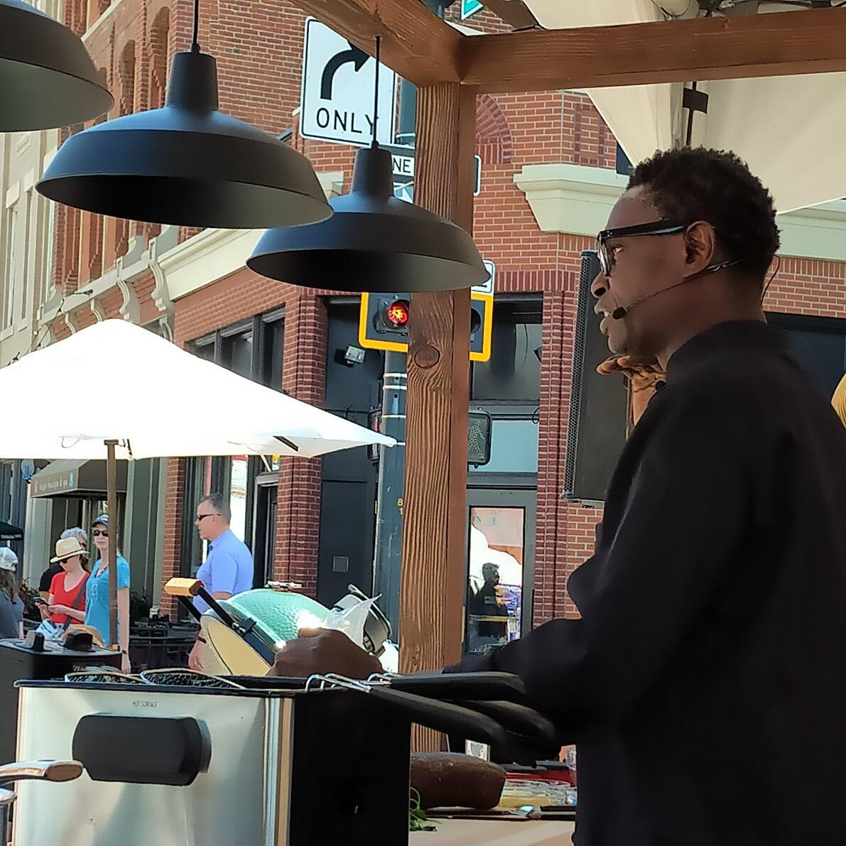 El chef senagalés, Pierre Thiam, preparando sus croquetas con Fonio en el evento de Slow Food Nations, en Denver, Colorado. Julio de 2019.