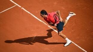 Le Suisse Roger Federer face au Croate Marin Cilic au 2e tour de Roland-Garros, le 3 juin 2021