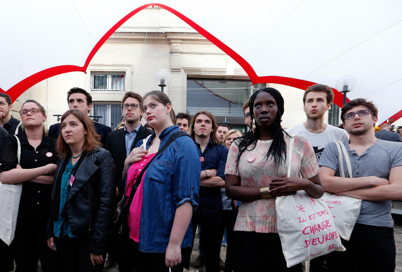 Réaction des jeunes socialistes, au QG du Parti socialiste rue Solferino à Paris, à l'annonce des estimations annonçant le Front national en tête des élections européennes, le 25 mai 2014.