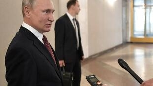 Tổng thống Nga Vladimir Putin nói chuyện với các phóng viên tại một phòng phiếu trong cuộc bầu cử nghị viện thành phố Matxcơva ngày 08/09/2019.