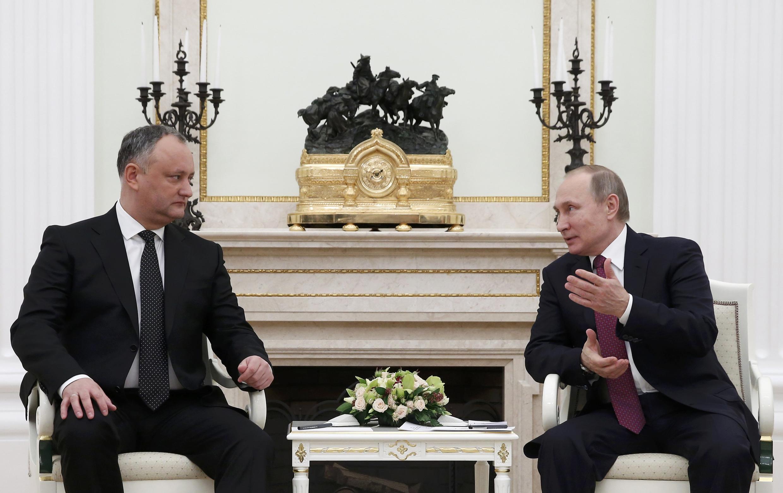 Игорь Додон (слева) встретился с президентом РФ Владимиром Путиным в Кремле, 17 января 2017.