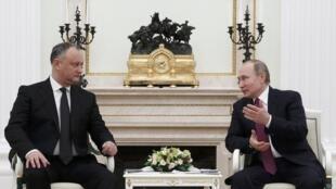 Владимир Путин (справа) и Игорь Додон на встрече в Кремле, 17 января 2017.