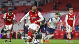 L'attaquant d'Arsenal Alexandre Lacazette marque un penalty contre Tottenham, le 14 mars 2021 à l'Emirates Stadium de Londres