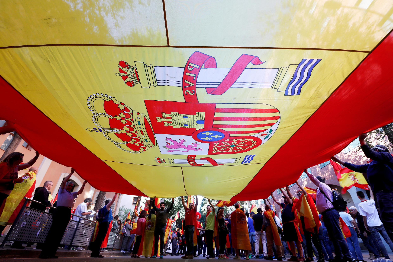 Bandeira espanhola durante a marcha contra a independência da Catalunha