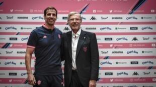 Gonzalo Quesada (g) et le propriétaire du Stade français, le Suisse Hans-Peter Wild, lors de la présentation à la presse de l'entraîneur argentin, le 30 juin 2020 à Paris