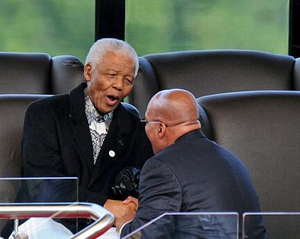 Nelson Mandela salué par le nouveau président sud-africain, Jacob Zuma, lors de l'investiture de ce dernier, à Pretoria, le 9 mai 2009.