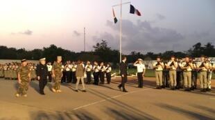 Le président français s'est rendu au camp militaire de Port Bouët pour partager le dîner de Noël avec les troupes françaises sur place, le 20 décembre 2019.
