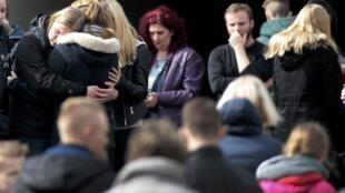 Familiares dos 16 estudantes e dois professores mortos na tragédia fazem um minuto de silêncio na cidade de Haltern, na Alemanha.