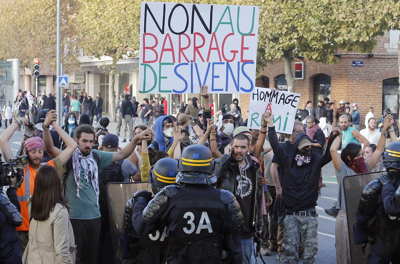 Mais de 1000 pessoas protestam em Albi, no departamento de Tarn, no dia seguinte à morte de Rémis Fraisse
