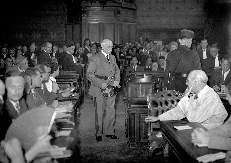 El mariscal Pétain durante su juicio en París, en el verano de 1945. Es condenado a muerte pero De Gaulle conmuta su pena por cadena perpetua. Encarcelado  en la isla de Yeu, muere en 1951.