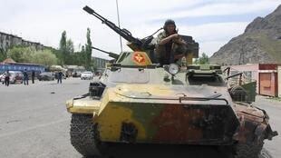 La ville d'Och, au sud du Kirghizistan,  investie par les tanks, le 15 juin 2010.