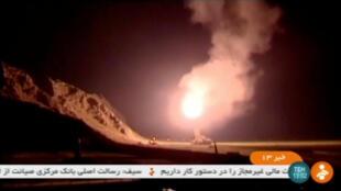 Image de la chaîne de télévision officielle iranienne qui montre le lancement du missile contre les bases du groupe EI dans la région de Deir Ezzor, en Syrie, le 18 juin 2017.