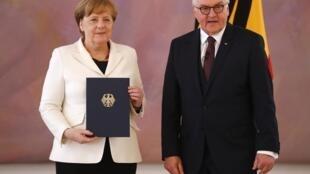 Angela Merkel e o presidente alemão Frank-Walter Steinmeier, durante a cerimônia de recondução da chanceler no cargo, nesta quarta-feira 14 de março de 2018, em Berlim.