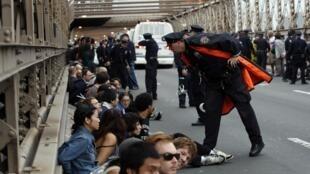 Cảnh sát Mỹ bắt giữ hàng trăm người biểu tình trên cầu Booklyn tại New York ngày 1/10/2011.