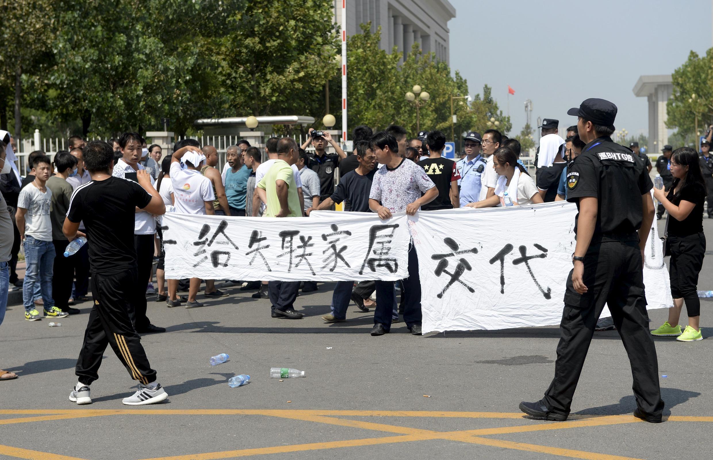 Les familles des disparus et des victimes de la catastrophe de mercredi dernier manifestent à Tianjin dimanche 16 août pour exiger des informations sur les circonstances de l'accident et le sort de leurs proches.