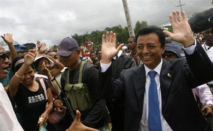 Le président malgache Marc Ravalomanana  avec ses partisans à Antananarivo, le 15 mars 2009.