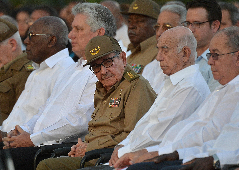 Bí thư thứ nhất đảng Cộng sản Cuba Raul Castro (giữa) và chủ tịch Miguel Diaz-Canel (thứ 2 từ trái) trong lễ kỷ niệm 60 năm cách mạng Cuba, ngày 01/01/2019 tại Satiago de Cuba.