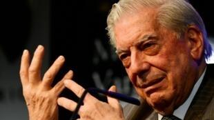 El escritor peruano Mario Vargas Llosa en la presentación de la novela 'Cinco esquinas' en la Casa de América de Madrid, el 1 de marzo de 2016