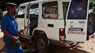 Un policier burundais se trouve à côté du véhicule où le général Athanase Kararuza a été tué, le 25 avril 2016.