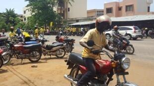 """Motos taxis"" bɔlilaw."