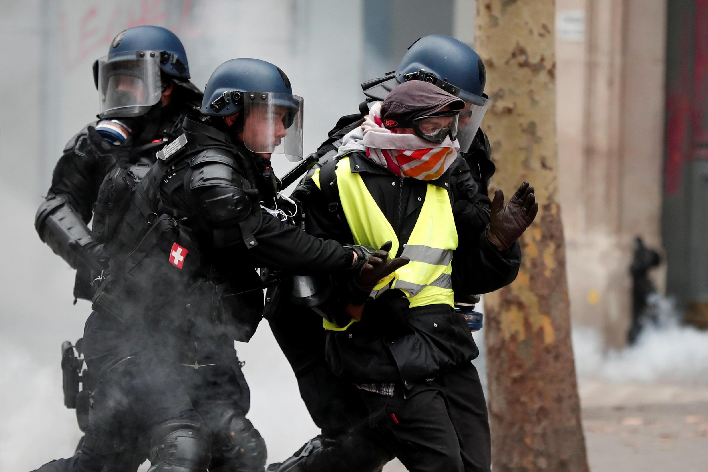 """Задержание одного из участников манифестации """"желтых жилетов"""" в Париже 8 декабря 2018."""
