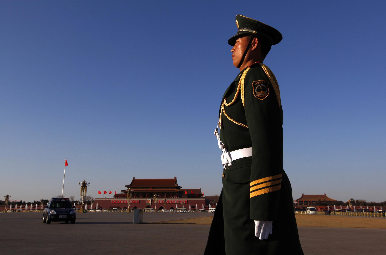 Un policier monte la garde lors de l'ouverture de la session annuelle du Parlement chinois, au palais de l'Assemblée du peuple à Pékin, le 3 mars 2011.