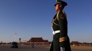 Policial chinês de prontidão para a abertura da assembleia anual do parlamento chinês, no Palácio da Assembleia do Povo, em Pequim.
