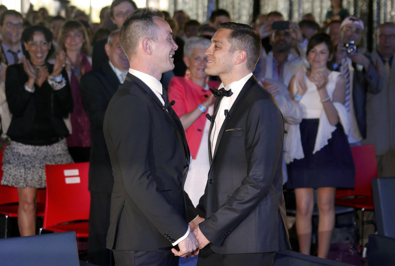 Первый однополый брак во Франции между Венсаном Отеном и Брюно Буало, заключенный 29 мая в Монпелье