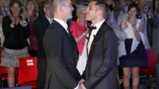 Vincent Autin et Bruno Boileau, lors de leur mariage, le 29 mai 2013, à la mairie de Montpellier.