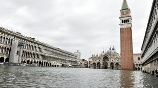 Praça San Marco, passagem obrigatório dos milhões de turistas que visitam Veneza a cada ano, foi fechada por causa da maré alta recorde.