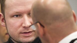 Anders Behring Breivik fala com seu advogado durante julgamento, nesta sexta-feira.